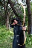 Tiro ao arco profissional do alvo, caçando na floresta Imagens de Stock