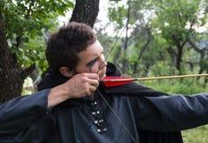 Tiro ao arco profissional do alvo, caçando na floresta Fotografia de Stock Royalty Free