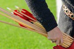 Tiro ao arco tradicional Exercício de Archer com a curva foto de stock royalty free