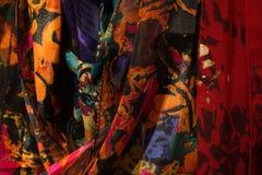 Tiro apretado de las bufandas coloridas del ` s de las mujeres foto de archivo