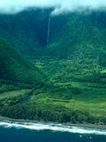 Tiro aéreo de la isla grande - cascadas de la costa Imágenes de archivo libres de regalías