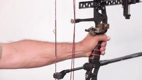 Tiro ascendente cercano de la favorable flecha del tiroteo del arquero con el arco del mecánico metrajes