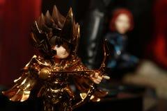 Tiro ascendente cercano de la figura del super héroe de Seiya del santo en la acción imagenes de archivo