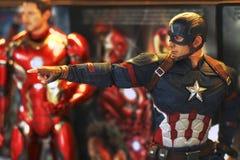 Tiro ascendente cercano de la figura de los superheros de capitán America Civil War fotografía de archivo