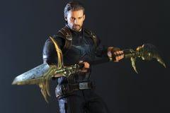 Tiro ascendente cercano de la figura de los superheros de capitán America Infinity War en luchar de la acción imagen de archivo