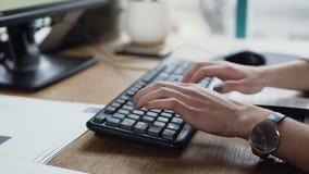 Tiro ascendente cercano de la mano de la mujer que mecanografía en el teclado del ordenador portátil almacen de metraje de vídeo