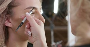 Tiro ascendente cercano de las cejas de una mujer joven que son alineadas metrajes