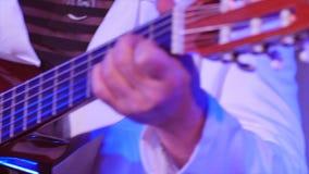 Tiro ascendente cercano del guitrist y de su guitarra metrajes