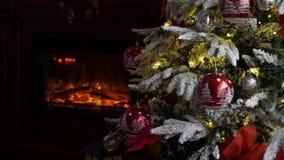 Tiro ascendente cercano del interior casero en Nochebuena almacen de metraje de vídeo