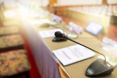 Tiro ascendente cercano del micrófono en la reunión de negocios fotografía de archivo