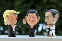 Tiro ascendente cercano del modelo Figures de tres líderes imagenes de archivo