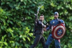 Tiro ascendente cercano figura de los superheros de capitán America Civil War y de Hawkeye fotos de archivo libres de regalías