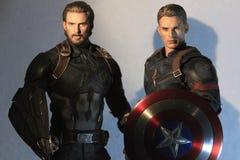 Tiro ascendente cercano figura de los superheros de la guerra civil de capitán America Infinity War y de capitán Ameri Ca en la a imagen de archivo
