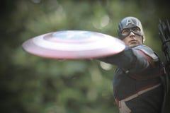 Tiro ascendente próximo da figura dos superheros do capitão America Civil War na luta da ação foto de stock
