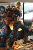 Tiro ascendente próximo da figura dos superheros do capitão America Civil War na luta da ação imagens de stock