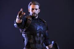 Tiro ascendente próximo da figura dos superheros do capitão America Infinity War na luta da ação foto de stock royalty free
