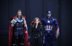 Tiro ascendente próximo da figura dos superheros dos VINGADORES 2 da viúva negra na luta da ação foto de stock royalty free