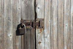 Tiro ascendente próximo da parede de madeira Fechamento do ferro na porta de madeira fotografia de stock