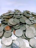 Tiro ascendente próximo do banho tailandês, dinheiro das moedas de Tailândia fotografia de stock royalty free