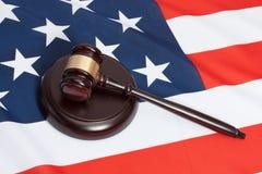 Tiro ascendente próximo do estúdio de um martelo do juiz sobre a bandeira do Estados Unidos fotografia de stock royalty free