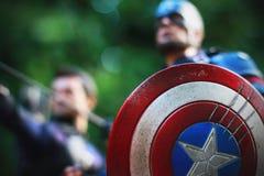 Tiro ascendente próximo figura dos superheros do capitão America Civil War e do Hawkeye na luta da ação fotografia de stock royalty free