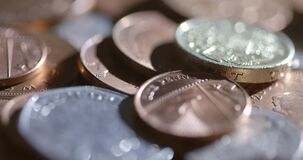 Tiro asperamente iluminado de moedas de giro filme