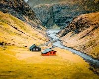 Tiro bonito de uma grande paisagem natural com poucas casas pequenas no meio foto de stock royalty free