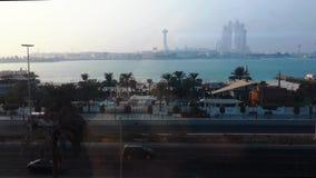 Tiro bonito do corniche da cidade de Abu Dhabi e da praia no amanhecer - Marina Mall filme