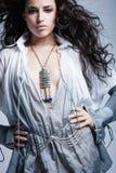 Tiro bonito do estúdio da menina da forma do cabelo escuro fotos de stock royalty free