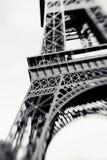 Tiro borroso de la torre Eiffel en París, Francia Foto de archivo