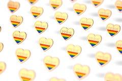 Tiro borroso del primer en corazón de oro con el arco iris y la palabra ORGULLO dentro del modelo Junio como mes del concepto del ilustración del vector