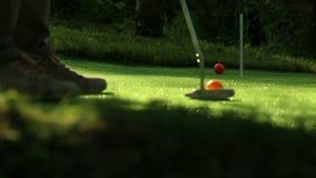 Tiro in buca perfetto di golf Tre sfere arancioni archivi video
