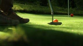 Tiro in buca perfetto di golf Tre sfere arancioni video d archivio
