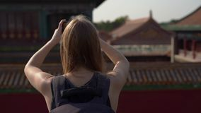 Tiro a cámara lenta de Steadicam de un bloger del viaje de la mujer joven que visita la ciudad Prohibida - palacio antiguo del em metrajes