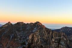 Tiro cênico da paisagem da montanha de Coreia no parque nacional de Seoraksan da montagem foto de stock