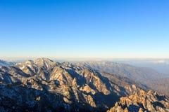Tiro cênico da paisagem da montanha de Coreia no parque nacional de Seoraksan da montagem fotos de stock royalty free