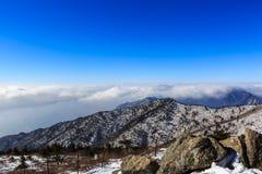 Tiro cênico da paisagem da montanha de Coreia no parque nacional de Seoraksan da montagem imagem de stock