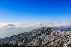 Tiro cênico da paisagem da montanha de Coreia no parque nacional de Seoraksan da montagem imagens de stock