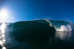 Tiro causando um crash da água da face da face da onda Imagem de Stock