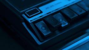 Tiro cercano de presionar el botón 'de registro 'en una grabadora retra de audio de los años 70