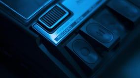 Tiro cercano de presionar el bot?n ?de registro ?en una grabadora retra de audio de los a?os 70