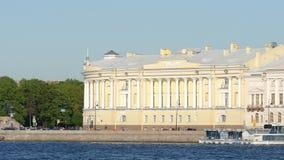 Tiro cercano del edificio del senado y del s?nodo y el r?o de Neva - St Petersburg, Rusia almacen de metraje de vídeo