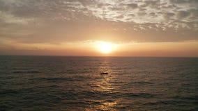 Tiro cinemático aéreo del mar con el barco sobre puesta del sol hermosa almacen de video