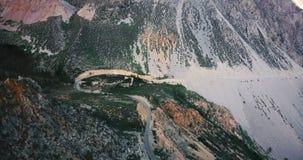 Tiro cinemático aéreo increíble de coches en el camino hermoso de la montaña y el canto rocoso masivo en el parque nacional de Yo almacen de metraje de vídeo