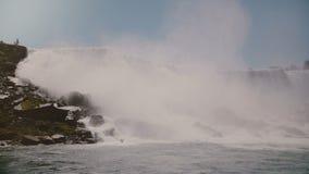 Tiro cinemático cênico do movimento lento, pássaros que voam pela cachoeira de surpresa de Niagara Falls, um destino famoso do ma filme