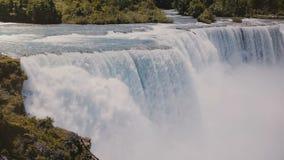 Tiro cinemático escénico de la cámara lenta de las aguas de río de Ontario que fluyen abajo en la cascada épica de Niagara Falls  almacen de metraje de vídeo