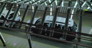 Tiro cinemático: Línea de la inspección del vehículo en fábrica del coche almacen de metraje de vídeo
