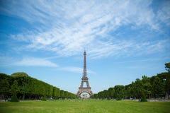 Tiro clássico e pitoresco da torre Eiffel no dia Fotos de Stock Royalty Free