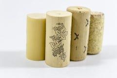 Tiro claro de los corchos múltiples del vino con el fondo blanco borroso Imagenes de archivo