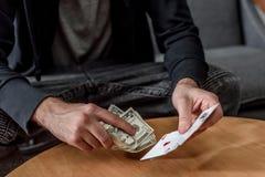 tiro colhido com do homem do dinheiro e dos cartões imagens de stock royalty free